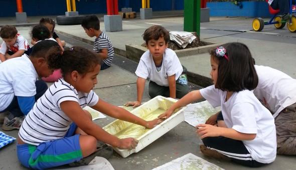Crianças pintam na Emei Dona Leopoldina, na zona oeste